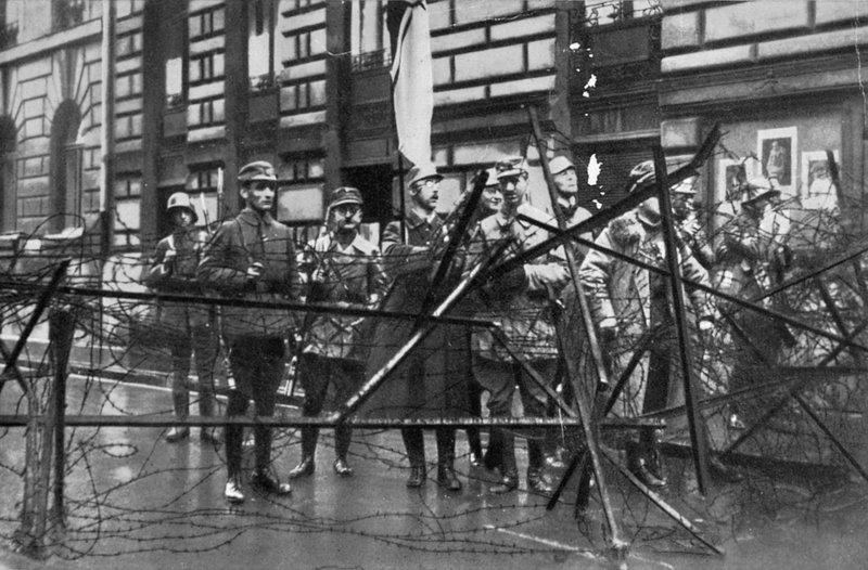 Hess (annar frá vinstri) og Heinrich Himmler (fyrir miðju, með fána) tóku þátt í Bjórkjallarauppreisninni með Hitler.