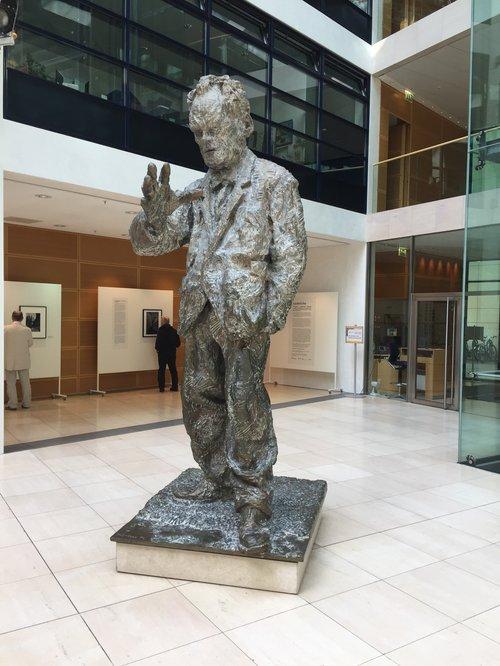 Goðsögnin Willy Brandt er mjög sýnilegur í flokkshöllinni.