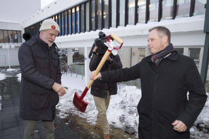 Páll Matthíasson, forstjóri Landspítala, tók fyrstu skóflustunguna 12. janúar 2016 að húsnæði sem mun hýsa nýjan jáeindaskanna.