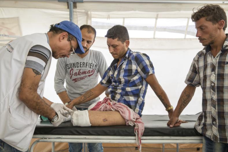 Læknir hjálpar sjúklingi í Sýrlandi Mynd: MSF