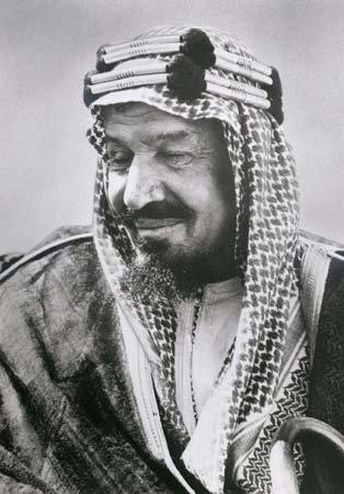 Ibn Saud er faðir nútímaríkis Sádi Arabíu. Hann fór með lítinn hóp manna til Ríad árið 1902 og festi völd ættarinnar varanlega í sessi.
