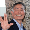 "George Takei heilsar ""Live long and prosper!"""