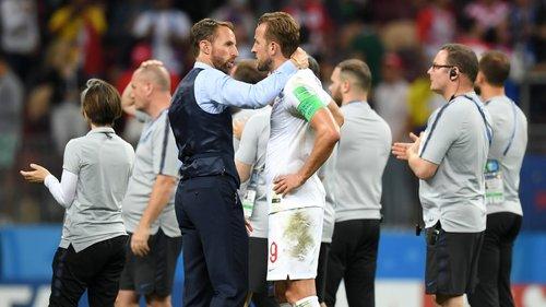 Þjálfari Englendinga Gareth Southgate huggar fyrirliðann Harry Kane eftir tapið.