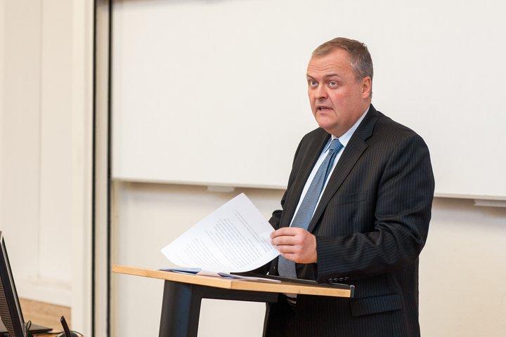 Gylfi Magnússon dósent við Viðskiptafræðideild Háskóla Íslands og fyrrverandi efnahags- og viðskiptaráðherra.
