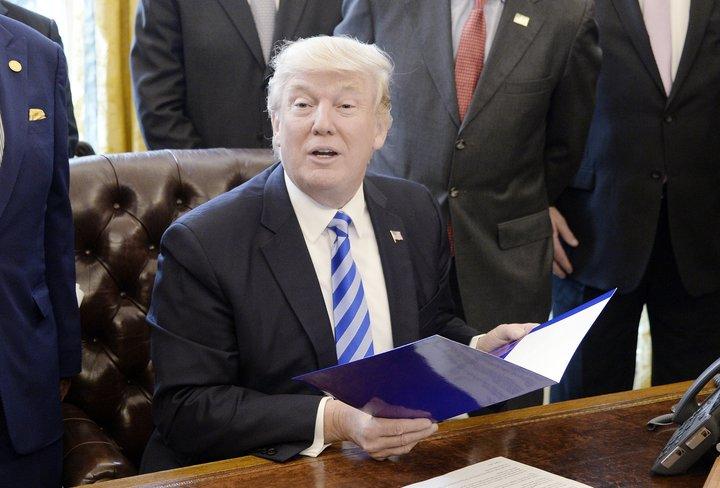 Donald Trump, forseti Bandaríkjanna, hefur undirritað margar tilskipanir síðan hann tók við sem forseti.