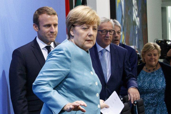 Emmanuel Macron, Angela Merkel og Jean-Claude Juncker, framkvæmdastjóri Evrópusambandsins.