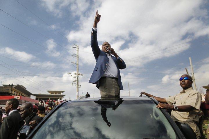 Uhuru Kenyatta, sitjandi forseti, hefur hafið kosningabaráttu sína að nýju.