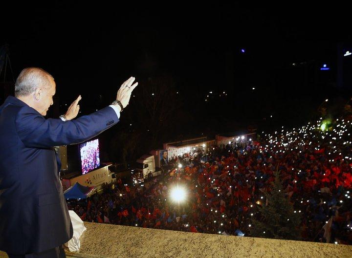Recep Tayyip Erdogan fagnar með stuðningsmönnum sínum í gær.