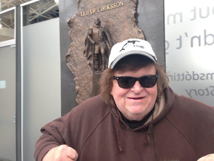 Michael Moore fyrir utan Keflavíkurflugvöll þegar hann yfirgaf landið í maí 2015.