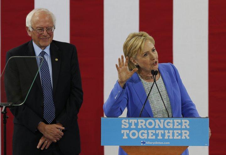 Málið þykir hið vandræðalegasta fyrir Demókrataflokkinn þar sem þeir sýna að valdamikið fólk innan hans virðast hafa verið mjög hliðhollir Hillary Clinton í kosningabaráttu hennar og Bernie Sanders.