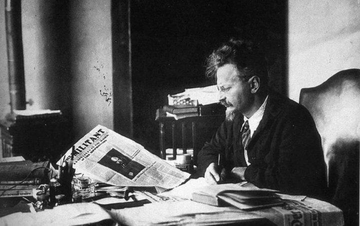 Trotský var einn af forvígismönnum kommúnista sem tóku völdin í Rússlandi árið 1917. Hann var kominn af bændum af gyðingaættum í Úkraínu.