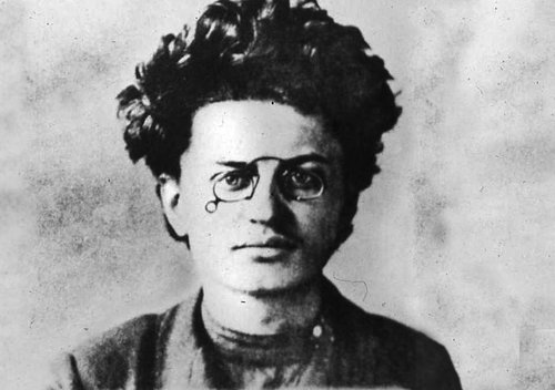 Hann hneigðist ungur til sósíalisma og komst í kast við lögin. Árið 1902 flúði hann land og tók upp nafnið Leon Trotský.
